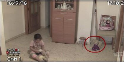 La niña jugando y la muñeca que se mueve