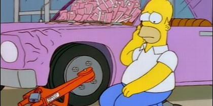 Homer, el padre de los Simpson, y su coche.