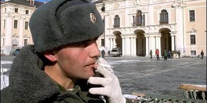 Soldado ruso fumando