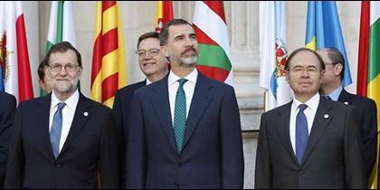 Sáenz de Santamaría, Clavijo, Rajoy, Ribó, Felipe VI, García Escudero y Montoro.