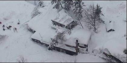El hotel de Farindola, en la región italiana de los Abruzos, que ha sido sepultado por una avalancha de nieve.
