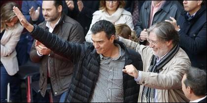 Pedro Sánchez con José Antonio Pérez Tapias y militantes del PSOE..