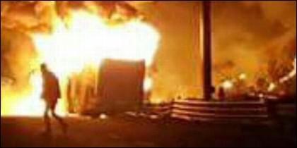 El autobús en llamas, de los estudiantes hungaros en Verona, Italia.