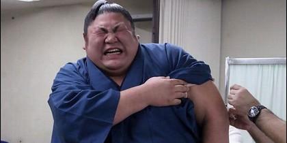 Luchador de sumo vacunándose