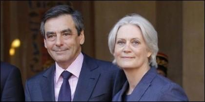 El candidato de Los Republicanos a la presidencia de Francia, François Fillon, junto a su esposa Penelope.
