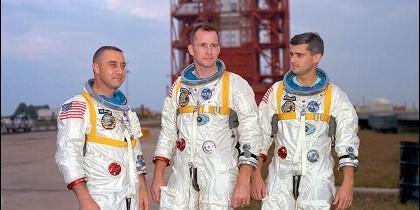Virgil Grissom, Ed White y Roger Chaffee, en el Centro Espacial Kennedy, Florida, en 1967