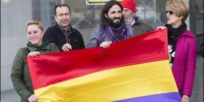 Baltasar Picornell sosteniendo su bandera favorita con unos amigos