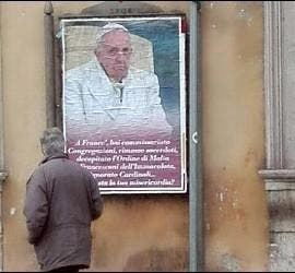 Carteles contra Francisco en Roma