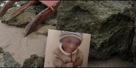 Imagen del 'pequeño Samuel' en la playa donde fue encontrado