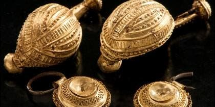 Objetos de oro encontrados en la tumba Celta