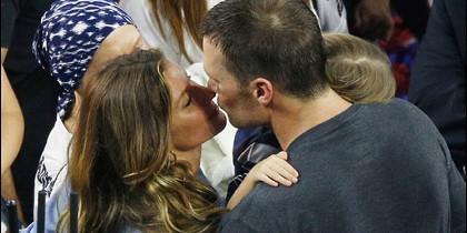 El beso del triunfo en la Superbowl: Gisele Bündchen y Tom Brady.