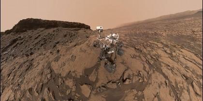Autoretrato del rover Curiosity operando en el suelo marciano