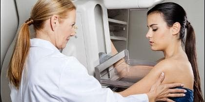 Paciente sometiéndose a una mamografía
