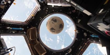 La imagen del balón de fútbol que quedó intacto durante la tragedia del Challenger en 1986