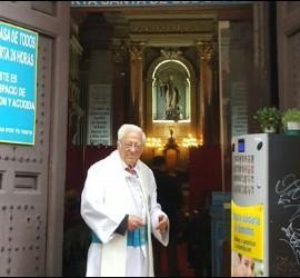 El padre Ángel en la Puerta siempre abierta de su parroquia