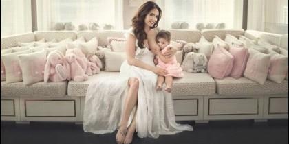 Tamara Ecclestone dando de mamar a su hija.
