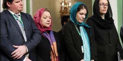 Ministras del Gobierno de Suecia en Irán vistiendo velo.