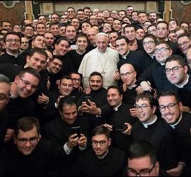 El Papa Francisco, con un grupo de jóvenes seminaristas
