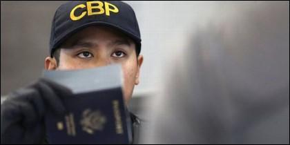 Un funcionario de EEUU examina pasaportes en un control de la inmigración ilegal.