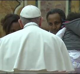 El Papa, con dos emigrantes eritreos