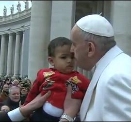 El Papa y un niño, en la audiencia