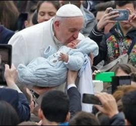 Francisco besa a un niño durante la Audiencia