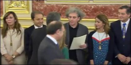 Marcelo Expósito, entregando la carta a Macri