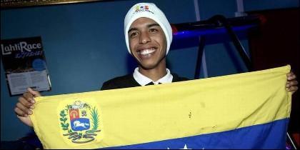 El caradura de Adrián Solano, con una bandera de Venezuela, en el Mundial de Esquí de Lahti.