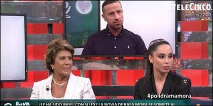 Rafa Mora escucha las respuestas de Macarena.