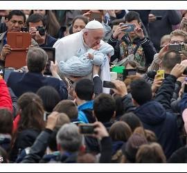 El Papa besa a un niño
