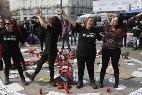 Mujeres en huelga de hambre acampa en la Puerta del Sol para protestar contra la violencia de género.