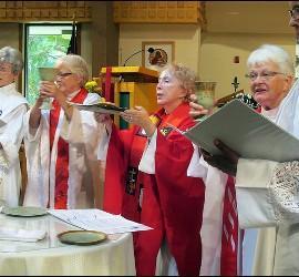 Mujeres celebrando una eucaristía