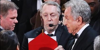 'Moonlight' gana el Oscar a la mejor película tras adjudicárselo Warren Beatty a 'La La Land' por error.
