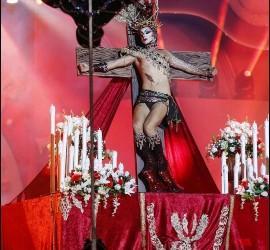 La Draq Queen crucificada