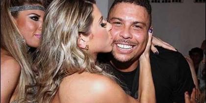 Ronaldo besado por una fan.