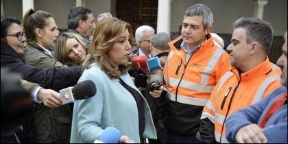 Susana Díaz con representantes sindicales de la estiba en el puerto de Algeciras.