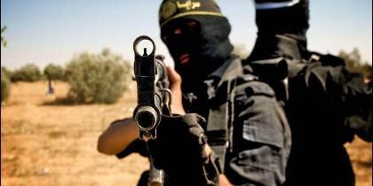Un miembro del ISIS apuntando