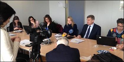 El VP Ansip, reunido con periodistas españoles en la sede de la CE.
