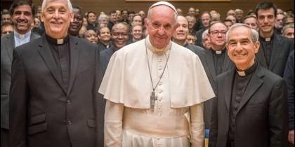 Arturo Sosa (i), con el Papa