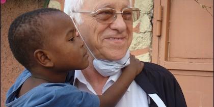 El Padre Ángel, con un niño haitiano