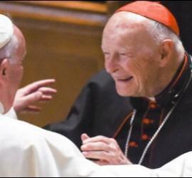 Abrazo entre el Papa Francisco y el cardenal McCarrick