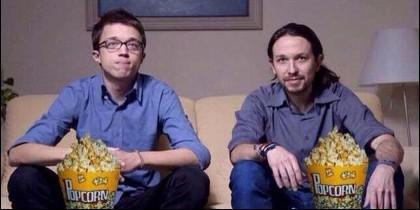 Iñigo Errejón y Pablo Iglesias (PODEMOS) ante el televisor.