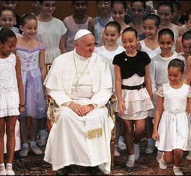 El Papa Francisco, con niñas brasileñas