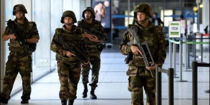 Soldados franceses patrullan el aeropuerto internacional.
