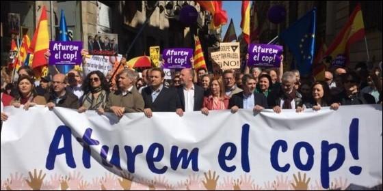 MILES DE PERSONAS SE MANIFIESTAN EN BARCELONA CONTRA LA INDEPENDENCIA DE CATALUÑA