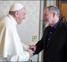 El Papa saluda a Keenan