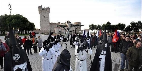 Procesión de la Cofradía del Santo Descendimiento, con el espectacular Castillo de la Mota al fondo