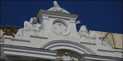 Reloj de sol en la plaza de Santa Ana.