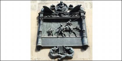 Placa recordando que aquí se publicó la primera parte del «Quijote».