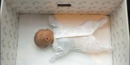 Bebé en una caja